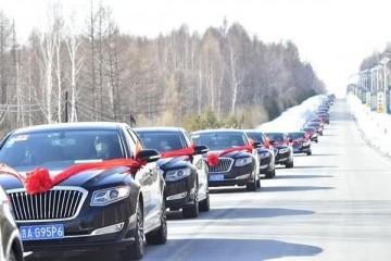 吉林街头50辆红旗组成车队得知车内人物路人自动让行